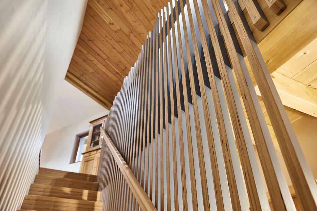 Création d'un escalier contemporain avec rambarde originale en bois noble