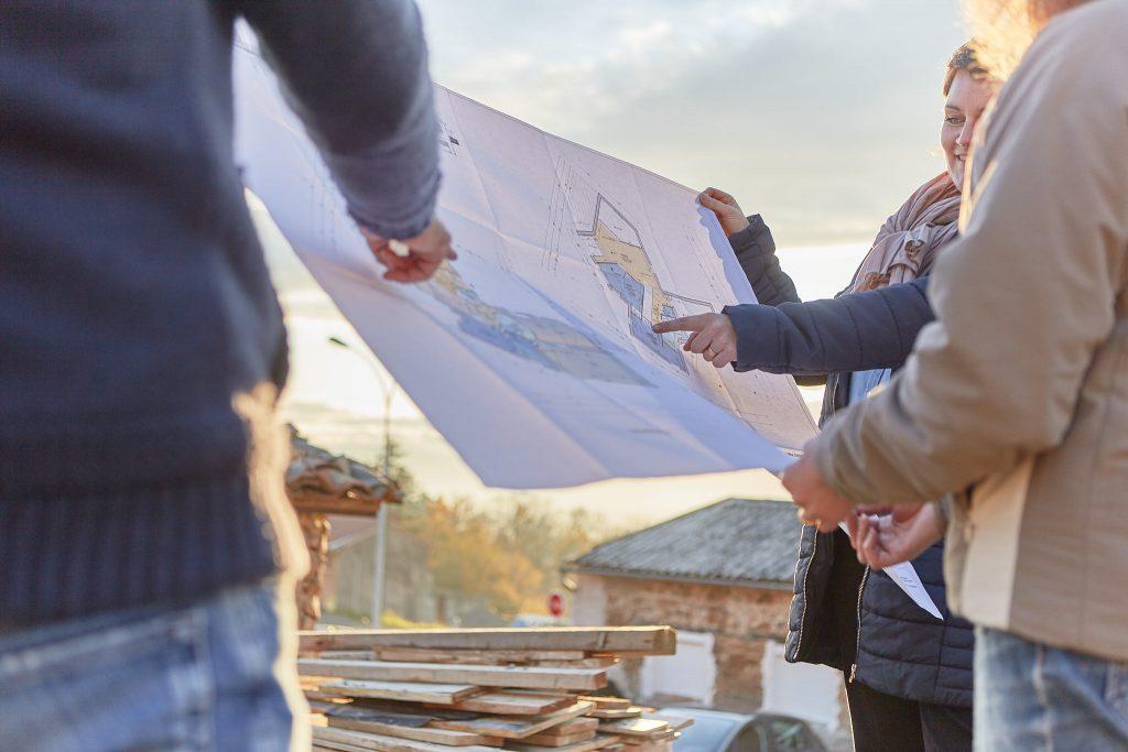 Mise en situation du plan sur le terrain en compagnie des clients. Virginie Cherpin Créaéco architecte DPLG