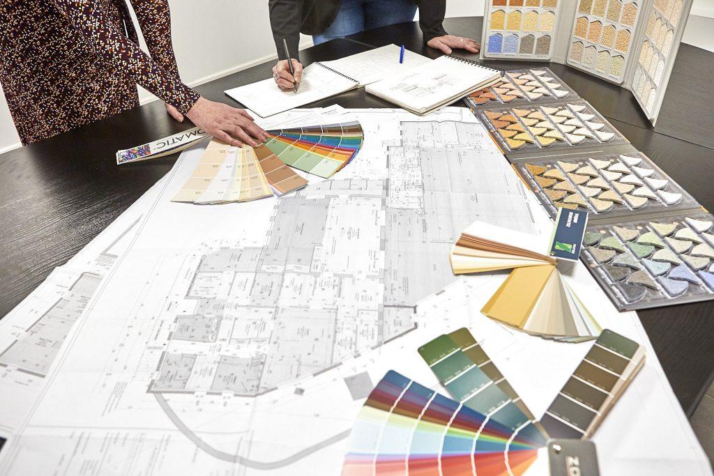 Recherche de couleur et des matières avec la cliente