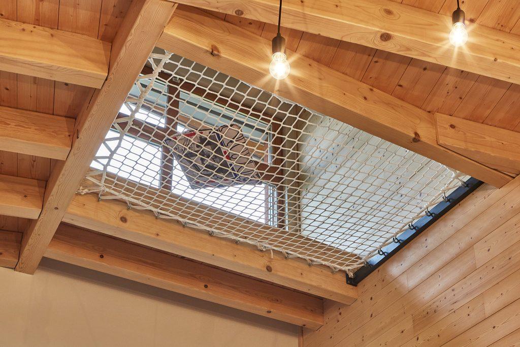 Création d'un filet suspendu à moindre frais vue d'en dessous. Création Créaéco Architecte DPLG Virginie Cherpin