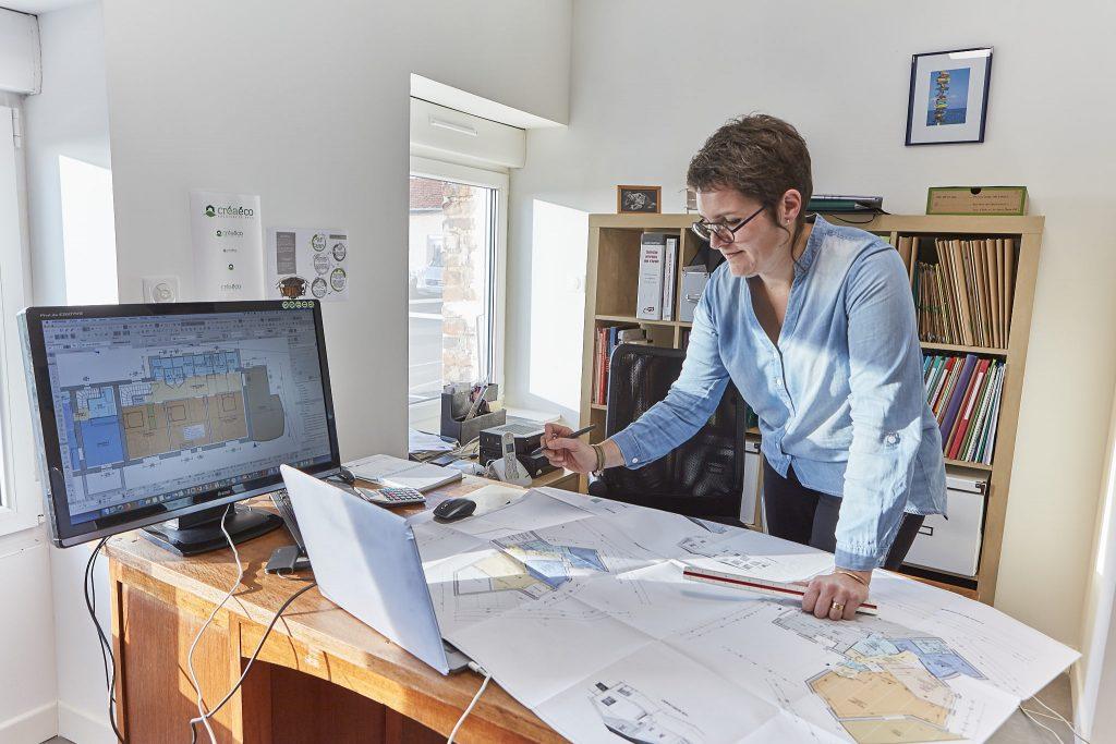 Virginie Cherpin de Créaéco Architecte DPLG, vérifie le plan sur papier et sur écran