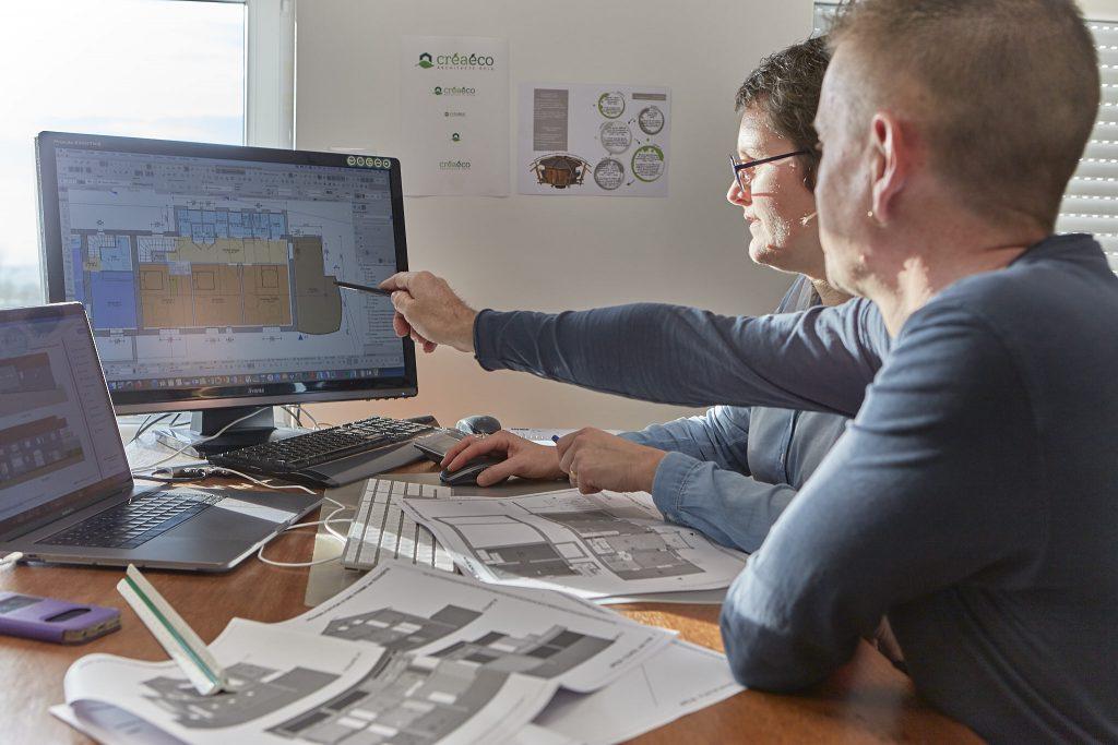 Virginie Cherpin de Créaéco Architecte DPLG, modifie le plan sur écran en compagnie du client